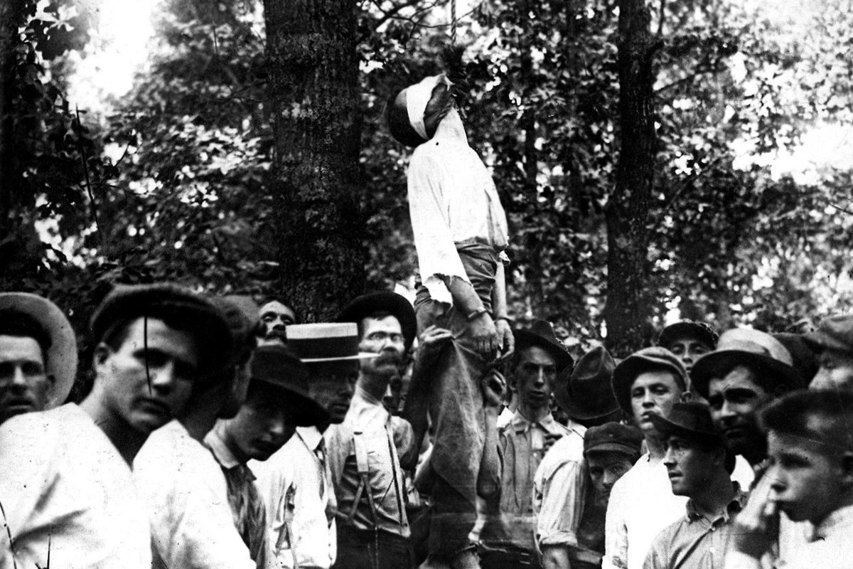 Leo Frank is lynched as prominent Atlantan citizens watch one